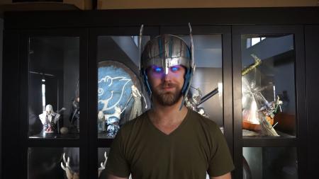 Видеоблогер смастерил шлем Тора, от которого светятся глаза. Но носить его долгое время небезопасно