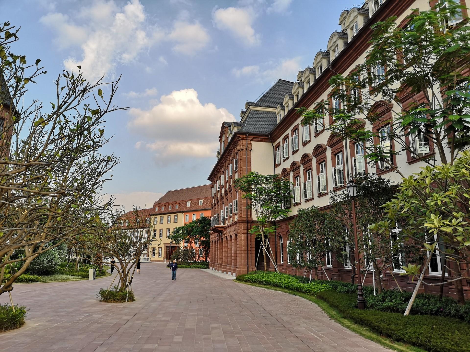 Новый R&D-центр Huawei: европейская архитектура и 7,8 км железной дороги