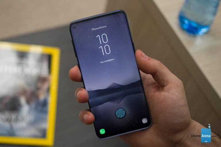 Galaxy S10+ может получить большое отверстие в экране, в котором поместятся сразу две фронтальные камеры