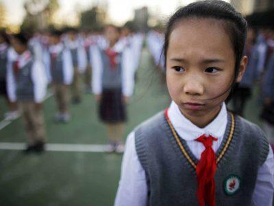 Умная школьная форма не позволит китайским школьникам прогуливать уроки