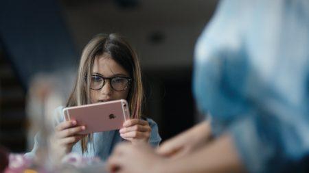 Британские ученые выяснили, что гаджеты влияют на психическое состояние подростков не больше, чем картофель