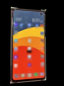 Ёван Ѕлэсс опубликовал живое фото смартфона Galaxy S10 (Beyond 1) с небольшим точечным вырезом под фронтальную камеру в экране