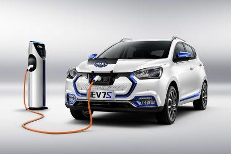 В Украине стартуют официальные продажи китайского электрокроссовера JAC iEV7S с запасом хода 300 км по цене $25,500