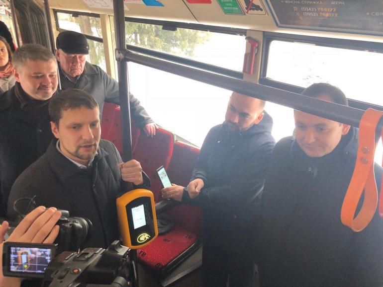 В Ивано-Франковске внедрили бесконтактную систему оплаты проезда в общественном транспорте