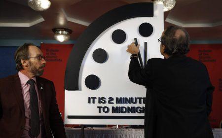 Журнал «Бюллетень ученых-атомщиков» оставил на отметке 23:58 стрелки часов Судного дня