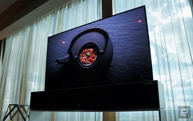 LG показала коммерческую версию сворачивающегося телевизора и готова приступить к продажам в этом году