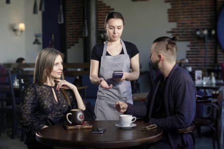 ПриватБанк запустил услугу «безналичные чаевые» и пообещал, что в ближайшие месяцы она будет доступна в большинстве популярных украинских кафе и ресторанов