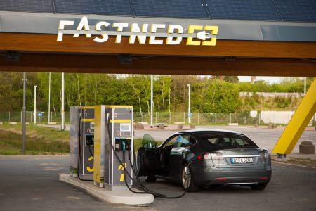 Европейская версия электромобиля Tesla Model 3 (CCS) побила рекорд американского варианта, приняв мощность заряда в 126 кВт (на 5 кВт больше, чем у Tesla Supercharger)