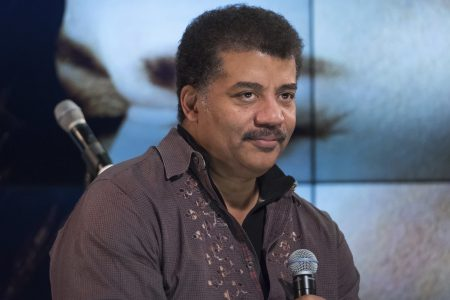 Fox вслед за National Geographic отложил премьеру долгожданного продолжения научно-популярного шоу «Космос» до окончания расследования в отношении ведущего Нила Тайсона, которого обвиняют в сексуальных домогательствах