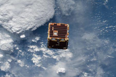 Спутник-уборщик RemoveDEBRIS успешно загарпунил макет космического мусора