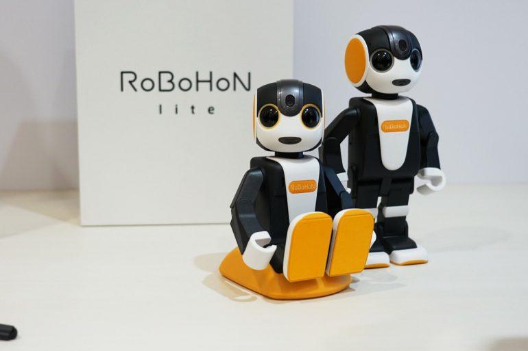 Новый миниатюрный робот-гуманоид Sharp RoBoHoN не умеет ходить, но зато стоит всего $715