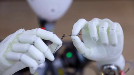 Человекоподобному роботу XR-1 под силу вдеть нитку в иголку