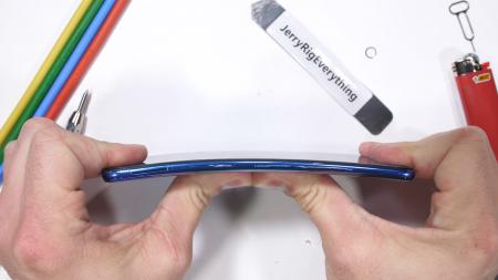 Xiaomi Mi 9 выжил в тестах JerryRigEverything, хотя «сапфировое стекло» поверх камер слишком легко царапается