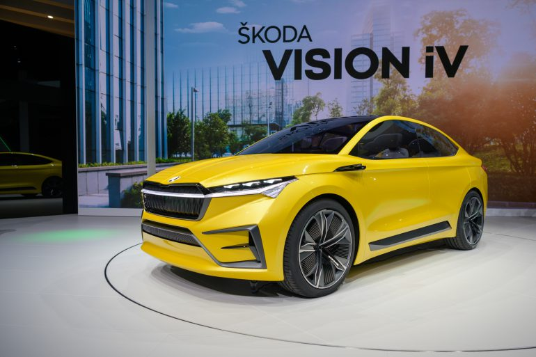 Ёлектрокроссовер Skoda Vision iV на платформе VW MEB получил пару двигателей мощностью 225 к¬т, батарею на 83 к¬тч и запас хода 500 км по циклу WLTP [∆енева 2019]