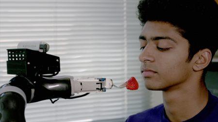 Американские инженеры разработали роборуку, способную покормить людей с ограниченной подвижностью