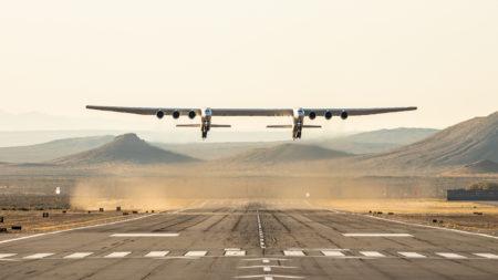 Мегасамолет Stratolaunch впервые поднялся в небо!