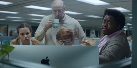 Apple сняла шуточный видеоролик «Аутсайдеры» об офисном планктоне, которому удается добиться успеха благодаря упорству (и устройствам компании)