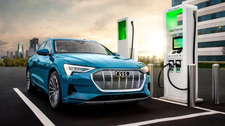 Видео дня: Audi рекламирует электрокроссовер Audi e-tron слоганом «Электромобили не для тебя», а BMW доказывает, что не стоит бояться автопилота