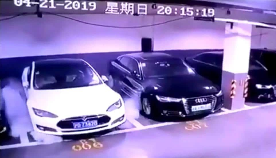 В Шанхае припаркованная Tesla Model S загорелась без видимых причин. Производитель уже направил команду для расследования инцидента