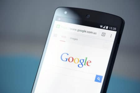 Google обновил дизайн поисковой выдачи для мобильных устройств, теперь там есть названия и логотипы сайтов