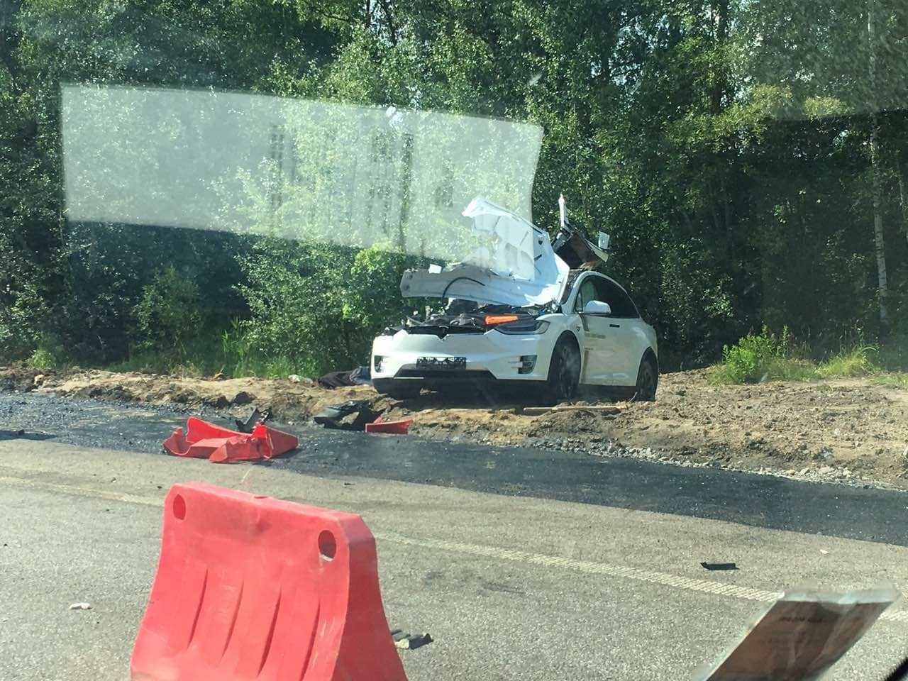 Происшествия: Электромобиль Tesla Model X, вероятно в режиме Autopilot, попал в аварию на трассе Житомир-Киев