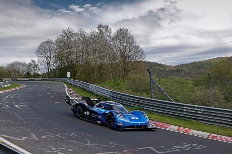 Гоночный спорткар Volkswagen ID. R побил рекорд Нюрбургринга среди электромобилей, показав время 6 минут 5,3 секунды (это второе лучшее время среди всех автомобилей)