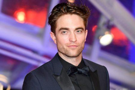 Warner Bros. официально утвердила Роберта Паттинсона на роль Бэтмена, студия планирует сразу три фильма с его участием