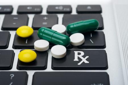 По словам и.о. министра здравоохранения Ульяны Супрун, все украинские онлайн-аптеки работают вне закона