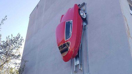 Эстонцы разработали трехколесный электрокар и установку, позволяющую парковать его… на стене