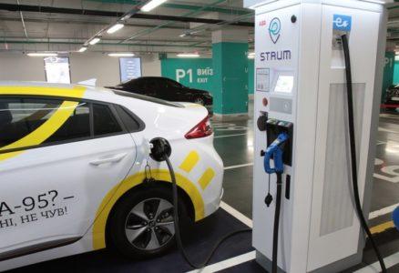 «ДТЭК» установил станции скоростной зарядки электромобилей STRUM мощностью 50 кВт на трассах Киев-Львов и Киев-Одесса