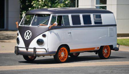 Американцы превратили классический минивэн Volkswagen в электромобиль VW Type 20 с распознаванием лица, голосовых команд и голографическим дисплеем