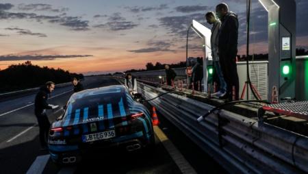 Электромобиль Porsche Taycan успешно прошел 24-часовое испытание на выносливость, проехав 3425 км со скоростью 195-215 км/ч