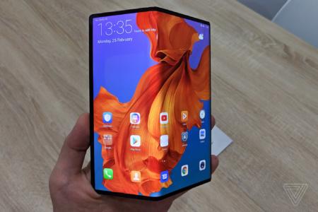 Первой все же будет Samsung. Выпуск гибкого смартфона Huawei Mate X снова отложен
