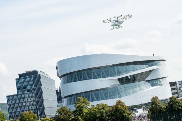 Аппарат Volocopter стал первым аэротакси, поднявшемся в небо над европейским населенным пунктом