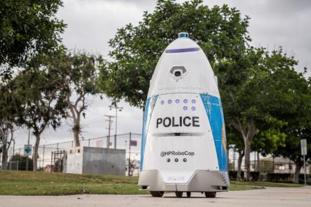 Американский робот-полицейский вместо того, чтобы позвать на помощь, приказал обратившейся к нему женщине «убраться с дороги»