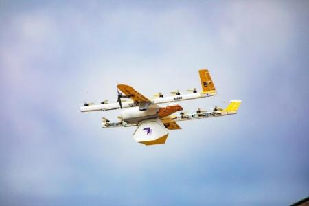 Дроны Wing начали доставлять посылки на дом в США