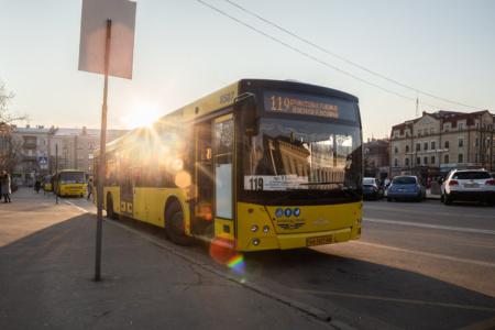 С 1 ноября в наземном транспорте Киева можно будет рассчитываться бесконтактными банковскими картами