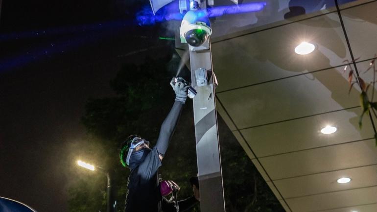 В Гонконге запретили надевать маски во время демонстраций, чтобы защититься от системы распознавания лиц