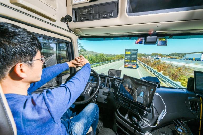 Hyundai провела демонстрационные испытания технологии, позволяющей грузовикам выстраиваться в робоколонны