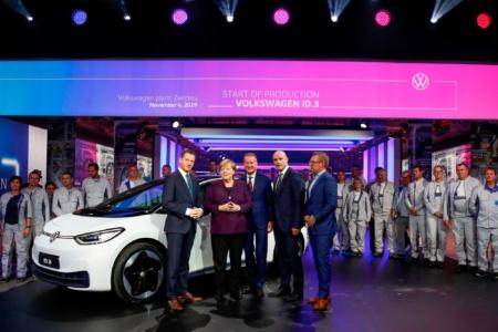 «Минус 6,000 евро для моделей дешевле 40,000 евро»: Германия увеличила сумму и продлила программу льготных выплат для покупателей электромобилей до 2025 года