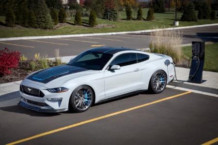 Ford собрал прототип электромобиля Mustang Lithium с мощностью 900 л.с., 800-вольтовой батареей Webasto и… ручной шестиступенчатой коробкой передач