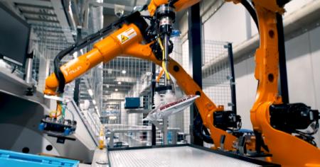 Стартап Mujin представил робота для сортировки упакованной одежды, разработанного для японского производителя Uniqlo