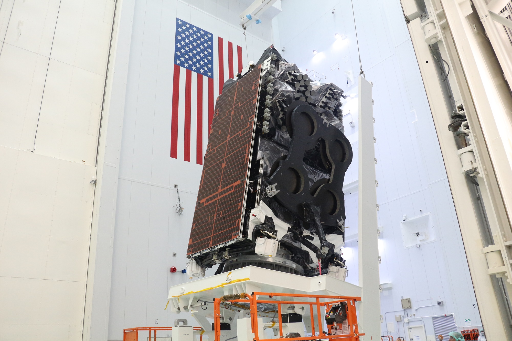 SpaceX вывела на орбиту очень тяжелый спутник связи JCSAT 18/Kacific 1, сохранив первую ступень Falcon 9, но поймать створки головного обтекателя в сеть на сей раз не удалось
