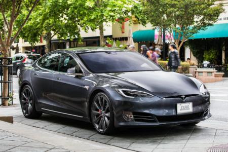 Жалобы на самопроизвольное ускорение электромобилей Tesla могут вызвать расследование со стороны контролирующих органов