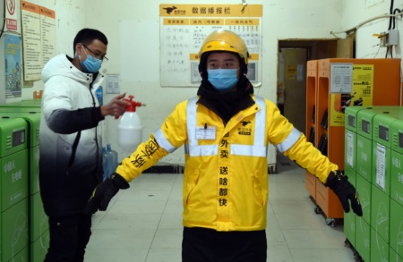 Китайские сервисы доставки готовой еды и продуктов из-за вспышки коронавируса Covid-2019 начали доставлять заказы бесконтактно