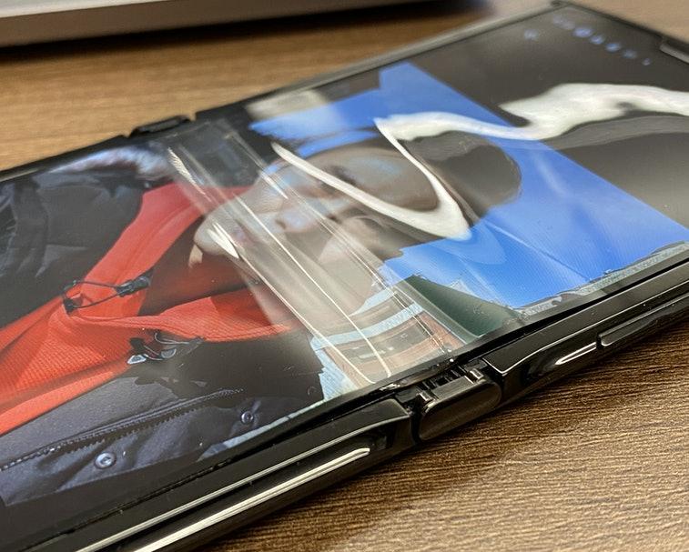 Дисплей складного смартфона Motorola Razr начал расслаиваться после недели использования