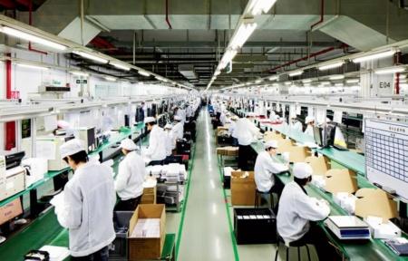 Foxconn (крупнейший сборщик iPhone) предложил новым сотрудникам бонус в $1000 для восстановления работы завода в Китае