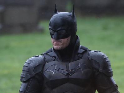 В сеть попали первые фотографии и видео Бэтмена на бэтбайке вместе с Кэтвумен со съемок фильма