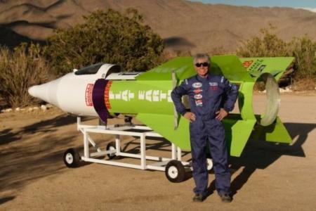 Американский инженер Майк Хьюз разбился на самодельной паровой ракете. Он хотел доказать, что Земля плоская