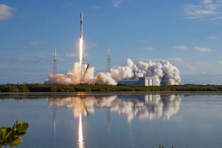 Starlink все ближе к реальности. SpaceX отправила на орбиту пятую партию из 60 интернет-спутников (первая ступень приводнилась в океане)